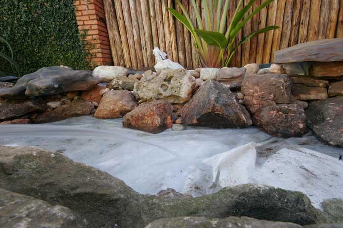 Pedras achatadas no lago ornamental passo a passo