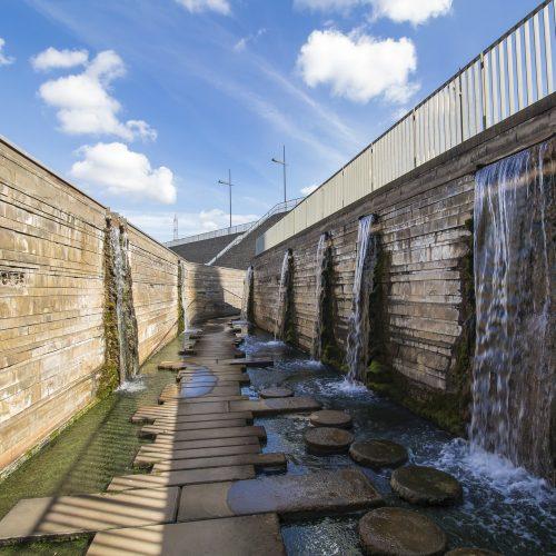 4. Múltiplas cascatas tipo lâmina d'água surgindo do meio da parede.