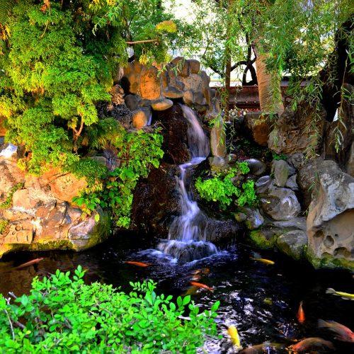 1. Cascata com água escorrendo por todo o contorno da pedra e mudando de direção por três vezes.