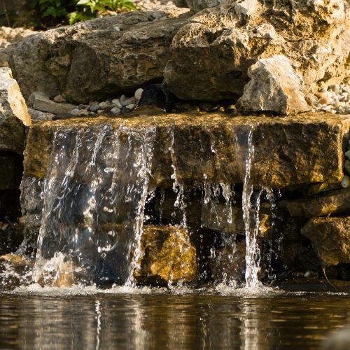 2. Cascata baixa, surgindo do meio das pedras e caindo sem escorrer pelas pedras de baixo.