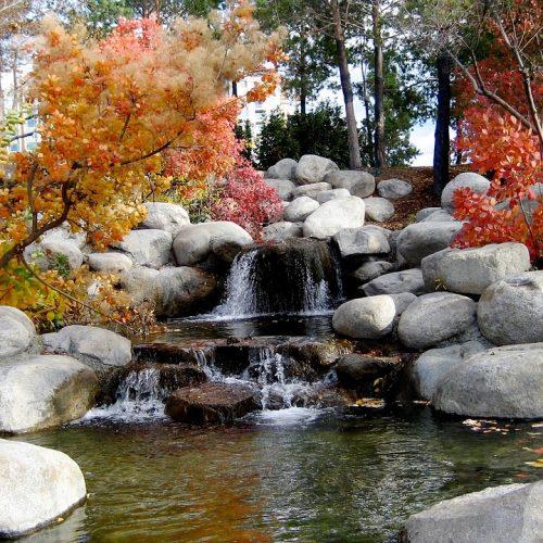 6. Cascata de dois níveis com a água escorrendo pelas pedras e com um lago intermediário.