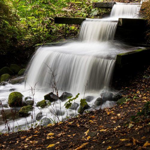 7. Cascata de três níveis, com pequenos reservatórios intermediários. Do tipo lâmina d'água com o último estágio mais largo que os anteriores.
