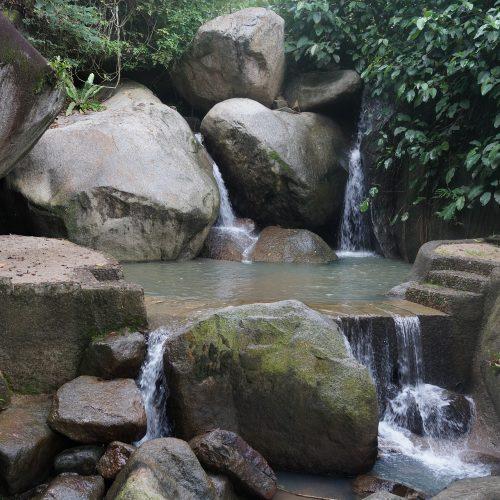 8. Cascata de dois estágios com lago intermediário. Primeiro estágio com a água escorrendo entre pedras grandes e o segundo do tipo lâmina d'água com parte desviando em pedra grande.